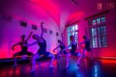 Simțuri - spectacol expoziție, premieră absolută de dans contemporan (fotografie din cadrul coregrafiei Auditiv, realizată de Joshua Legge)